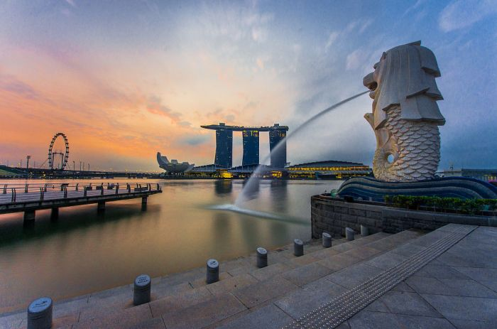 1024px-rear_view_of_the_merlion_statue_at_merlion_park2c_singapore2c_with_marina_bay_sands_in_the_distance_-_20140307